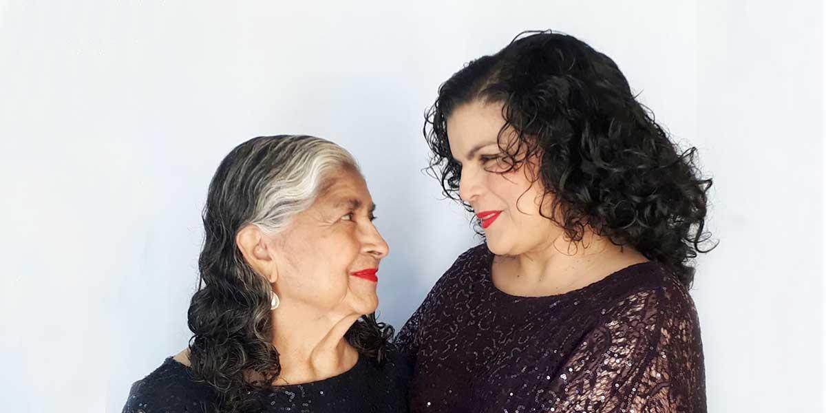 Madre e hija graduadas de la UDB: dos generaciones que han marcado historia